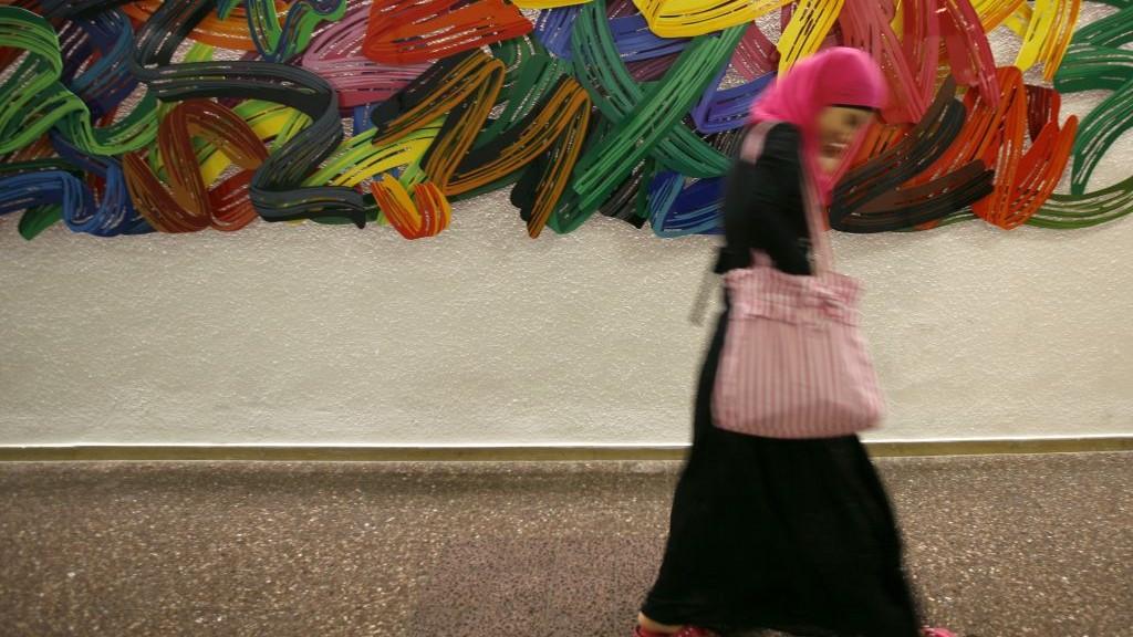 صورة توضيحية - طالبة عربية تمر امام لوحة فنية ملونة معلقة في الجامعة العبرية في القدس، 2009 (Miriam Alster/FLASH90)