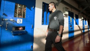 صورة توضيحية لسجناء فلسطينيين في سجون اسرائيلية (Moshe Shai/Flash90)