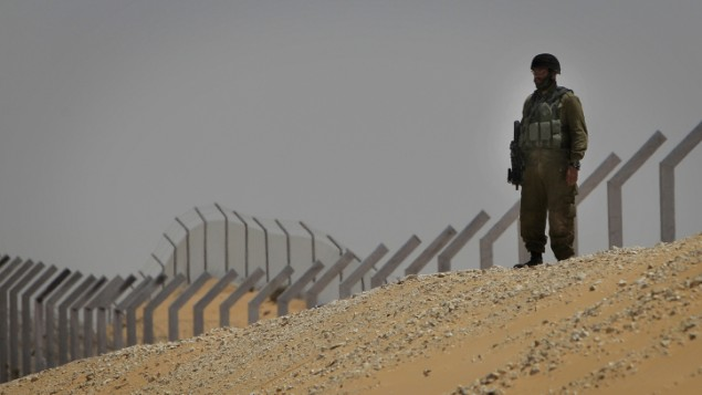 قوات الأمن الإسرائيلية بجانب الجدار الجديد على الحدود بين مصر وإسرائيل، يونيو، 2012. (Tsafrir Abayov/FLASH90)