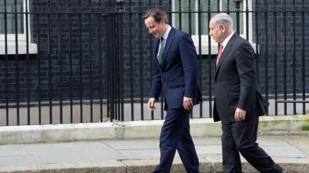 أرشيف: رئيس الوزراء بينيامين نتنياهو مع نظيره البريطاني ديفيد كاميرون في لندن، 17 أبريل، 2013. (Amos Ben Gershom/GPO/Flash90)