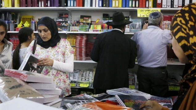 العرب واليهود يشترون مواد مدرسية في مركز القدس، 26 اغسطس 2013 (Miriam Alster/Flash90)