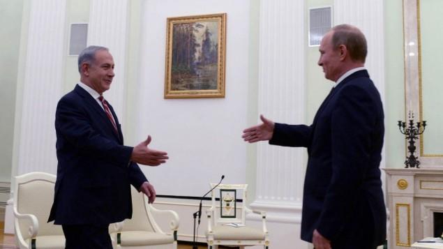 الرئيس الروسي فلاديمير بوتين ورئيس الوزراء الإسرائيلي بينيامين نتنياهو خلال لقاء جمعهما في الكرملين في موسكو، 20 نوفمبر، 2013. (Kobi Gideon/GPO/FLASH90)