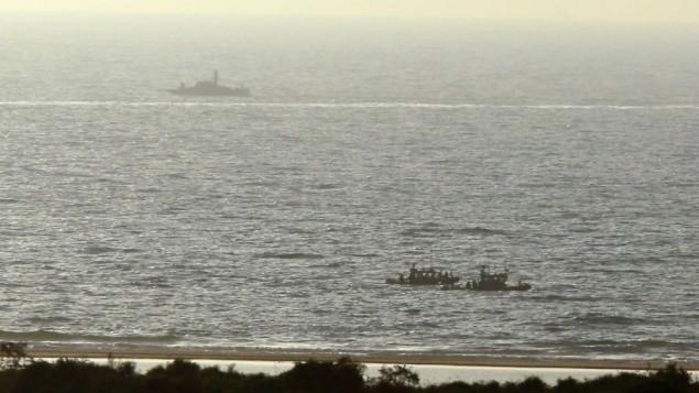 قوارب تابعة للبحرية الإسرائيلية خلال دورية بالقرب من زيكيم، 9 يوليو، 2014. (Edi Israel/Flash90)