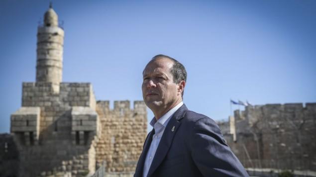 رئيس بلدية القدس نير بركات على سطح متحف براج داوود، 14 أبريل، 2015. (Hadas Parush/Flash90)