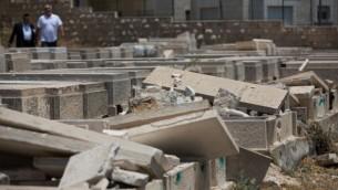 صورة لمشاهد قبور تعرضت للتخريب في مقبرة جبل الزيتون في 23 يونيو، 2015. (Yonatan Sindel/Flash90)