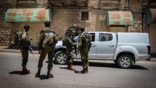 جنود إسرائيليون في مدينة الخليل بالضفة الغربية، 10 يوليو، 2015. (Garrett Mills/Flash90)