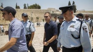 وزير الأمن الداخلي، جلعاد اردان، خلال زيارة قام بها إلى حائط المبكى والحرم القدسي في المدينة القديمة بالقدس، 31 يوليو، 2015. (Yonatan Sindel/Flash90)