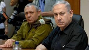 رئيس الوزراء بينيامين نتنياهو إلى جانب رئيسة هيئة الأركان غادي آيزنكوت خلال زيارة إلى الحدود الشمالية لإسرائيل في 18 أغسطس، 2015. (Amos Ben Gershom/GPO)