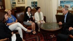 """رئيس الوزراء بينيامين نتنياهو خلال لقاء مع ممثلات حركة """"نساء يصنعن سلام"""" في مكتب رئيس الوزراء في القدس، 1 سبتمبر، 2015. (Kobi Gideon / GPO)"""