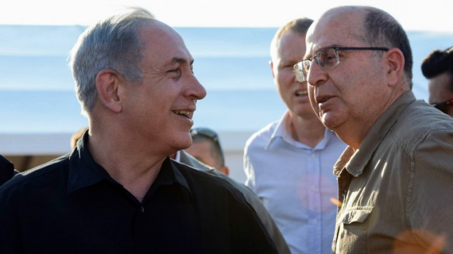 وزير الدفاع موشيه يعالون ورئيس الوزراء بنيامين نتنياهو خلال زيارة لحدود اسرائيل مع الاردن، 6 سبتمبر 2015 (Haim Zach/GPO)
