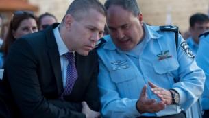 وزير الأمن العام غلعاد إردان (من اليمين) يتحدث معنائب  المفتش العام للشرطة بنتسي ساو في القدس، 7 سبتبمر، 2015. (Yonatan Sindel/Flash90)