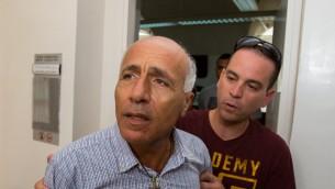 """مردخاي فعنونو، """"الجاسوس النووي""""، في المحكمة المركزية في القدس، بعد اجرائه مقابلة صحافية في خرق لشروط اطلاق سراحه، 10 سبتمبر 2015 (Yonatan Sindel/Flash90)"""