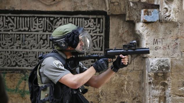 عنصر من شرطة حرس الحدود خلال الإشتباكات في داخل وفي محيط الحرم القدسي في البلدة القديمة بمدينة القدس في 15 سبتمبر، 2015. (Flash90)