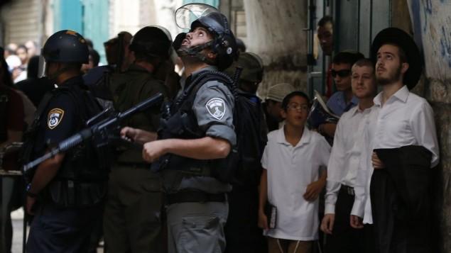 شرطي اسرائيلي خلال مواجهات في البلدة القديمة في القدس، 15 سبتمبر 2015 (Flash90)