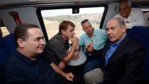 رئيس الوزراء بنيامين نتنياهو ، ووزير النقل يسرائيل كاتس،  في لقاء مع رؤساء البلديات في المدن الجنوبية على متن القطار، 17 سبتمبر، 2015 (فلاش 90)