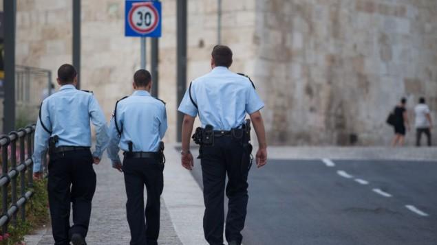 رجال شرطة إسرائيلية خارج البلادة القديمة في القدس، 16 سبتمبر، 2015. (Nati Shohat/FLASH90)