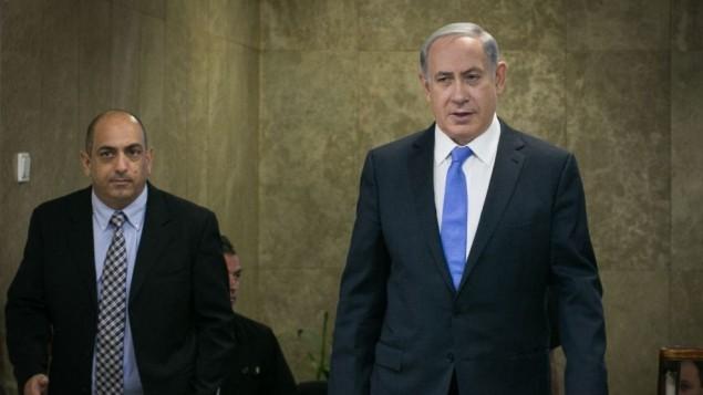 رئيس الوزراء بينيامين نتنياهو بطريقه الى جلسة للحكومة في القدس في 20 سبتمبر، 2015. (Ohad Zwigenberg/POOL/FLASH90)