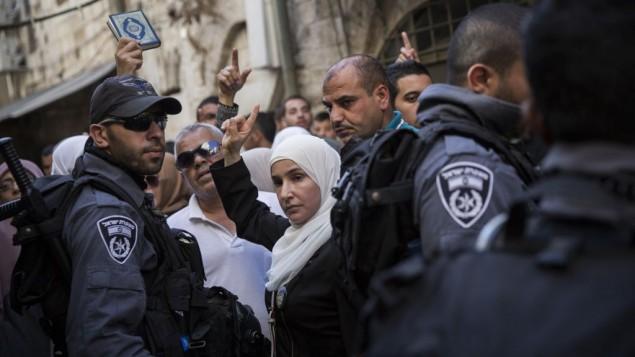 متظاهرات فلسطينيات في إحتجاج ضد منعهن من قبل الشرطة دخول المسجد الأقصى في البلدة القديمة في القدس، 22 سبتبمر، 2015. (Hadas Parush/Flash90)