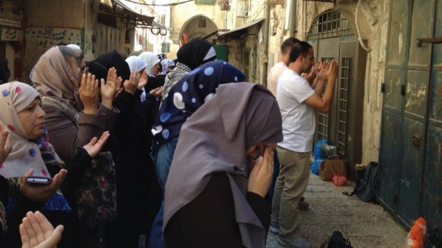 ناشطات مسلمات، المعروفات باسم 'مرابطات'، يصلين خارج الحرم القدسي احتجاجا على قرار الحكومة لمنعهن دخول الحرم خلال ساعات الزيارة، 2 سبتمبر 2015 (Elhanan Miller/Times of Israel)