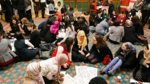 مشاركون مسلمون ويهود في مبادرة حوار بين الأديان في المتحف اليهودي في كامدن في لندن، 9 يونيو، 2015. (Yakir Zur/via JTA)