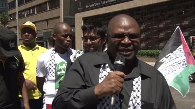 عبيد بابيلا (من اليمين)، نائب وزير في مكتب رئيس جنوب أفريقيا جيكوب زوما، الذي يهدد بإستدعاء طلاب يقومون بزيارة إسرائيل للتحقيق معهم. (YouTube)