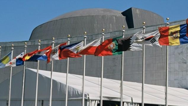 اعلام الدول الاعضاء في الأمم المتحدة امام مقر المنظمة في نيويورك (Wikipedia/Aotearoa/CC BY-SA 3.0)