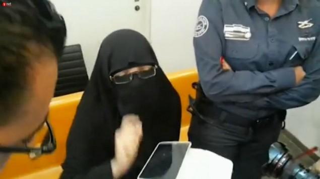 إيمان أحمد محمد كنجو، المتهمة بمحاولة الإنضمام إلى تنظيم 'الدولة الإسلامية' في سوريا، في المحكمة المركزية في حيفا، 20 سبتبمر، 2015. (لقطة شاشة:  Israel Police via Ynet)