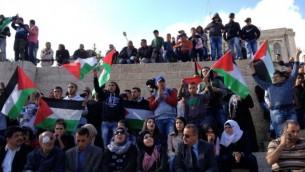 فلسطينيون ينشدون أناشيد وطنية بالقرب من باب العامود في البلدة القديمة بمدينة القدس في 'يوم الأرض'، 30 مارس، 2015. (Elhanan Miller)