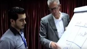 متخصص حالات الصدمة يان أندريا خلال ورشة عمل في غزة عام 2013 (screen grab: YouTube)