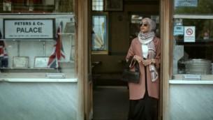 عارضة الأزياء المسلمة ماريا الإدريس خلال ظهورها في الحملة الإعلانية لشبكة H&M لأزياء خريف 2015. (لقطة شاشة: YouTube via H&M)