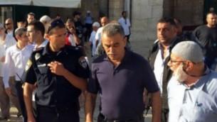 عضو الكنيست جمال زحالقة (في الوسط) في الحرم القدسي بالبلدة القديمة في مدينة القدس الثلاثاء، 29 سبتمبر، 2015. (القائمة المشتركة)