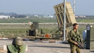 جنود إسرائيليون في دورية بالقرب من منظومة 'القبة الحديدية' الدفاعية، المصممة لإعتراض وتدمير صواريخ قصيرة المدى وقذائف مدفعية، في هضبة الجولان، 20 يناير، 2015. (AFP/Jack Guez)