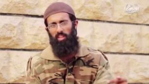 """المجند البريطاني في تنظيم """"الدولة الإسلامية""""، عمر حسين، في شريط فيديو تم نشره من قبل الجماعة الجهادية (لقطة شاشة عبر YouTube)"""
