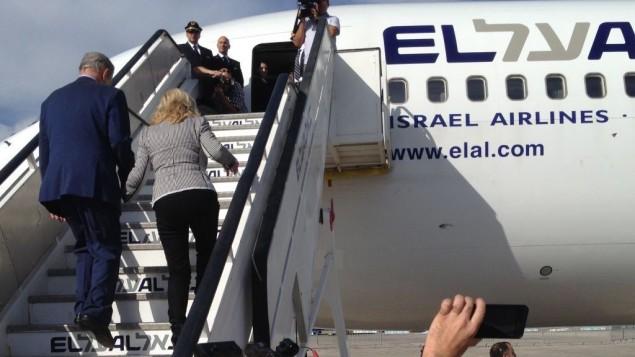 """رئيس الوزراء بنيامين نتنياهو وزوجته يصعدان على متن طائرة """"ال عال"""" بطريقهما الى نيويورك، 29 سبتمبر 2015 (Raphael Ahren, Times of Israel staff)"""