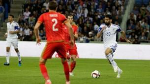 عومري بن هاروش، لاعب المنتخب الإسرائيلي، خلال مباراة بين منتخبي إسرائيل وويلز ضمن التصفيات المؤهلة لبطولة الأمم الأوروبية لكرة القدم 2016 في ملعب 'سامي عوفر' في حيفا، 28 مارس، 2015. (Flash90)