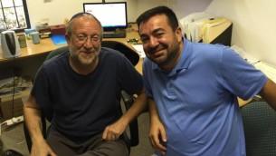 """يوسي كلاين هليفي (من اليسار) والإمام عبد الله عنتبلي، في مكتب هليفي في معهد """"هارتمان"""" (DH / Times of Israel staff)"""