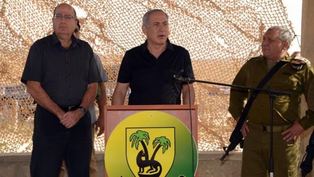ؤئيس الوزراء بنيامين نتنياهو يزور حدود قطاع غزة مع وزير الدفاع موشيه يعالون ورئيس هيئة اركان الجيش غادي ايزنكوت، 20 اكتوبر 2015 (Chaim Tzach/GPO)