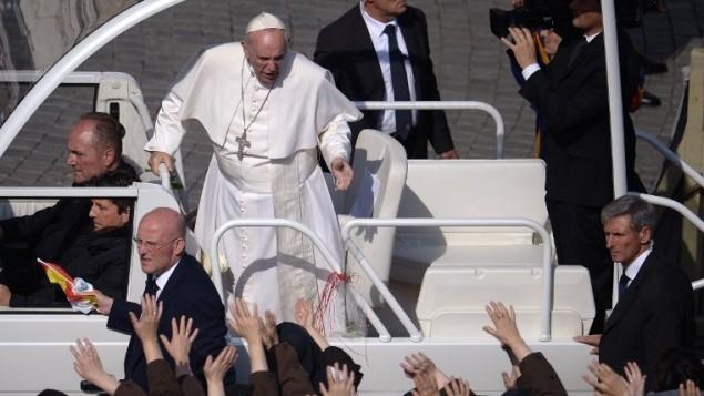 البابا فرنسيس في الفاتيكان، 18 اكتوبر 2015 (Filippo Monteforte/AFP)