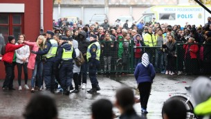 الشرطة السويدية امام المدرسة، التي يرتادها العاديد من اطفال المهاجرين، والتي وقع فيها هجوم على ما يبدو من دوافع عنصرية، 22 اكتوبر 2015 (BJORN LARSSON ROSVALL / TT NEWS AGENCY / AFP)