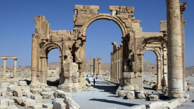 صورة من الأرشيف تم إلتقاطها في 19 يونيو، 2010 تظهر قوس النصر بين الآثار الرومانية في تدمر، 220 كيلومترا شمال شرق العاصمة السورية دمشق. (AFP PHOTO / FILES)