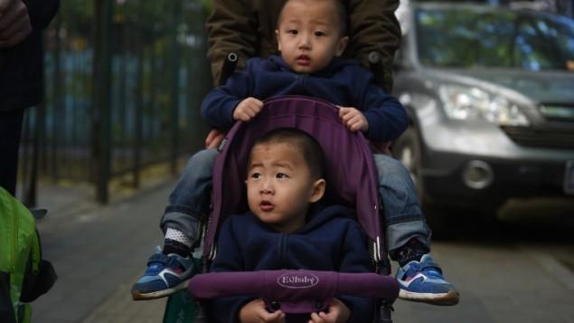 اطفال صينيون في بكين، 30 اكتوبر 2015 (GREG BAKER / AFP)