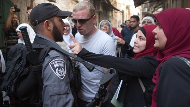 نساء فلسطينيات في مواجهة مع رجال شرطة إسرائيليين خلال تظاهرة إحتجاجية ضد زيارة مجموعات يهودية للحرم القدسي الذي يضم المسجد الأقصى في القدس، 16 سبتمبر، 2015. (AFP/MENAHEM KAHANA)