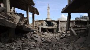الحطام في بلدة تلبيسة في محافظة حمص في سوريا بعد غارة روسية في المنطقة، 30 سبتمبر 2015 (MAHMOUD TAHA / AFP)