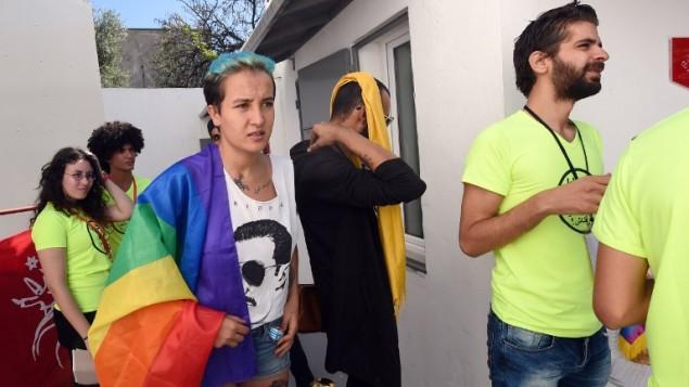 الناشطة التونسية السابقة في حركة 'فيمين' امينة سبوعي زاعضاء في جمعية شمس التونسية لإلغاء تجريم المثلية في اول مؤتمر صحافي للجمعية في تونس، 3 اكتوبر 2015 (FETHI BELAID / AFP)