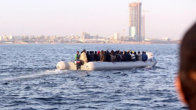 قارب مطاطي مقابل سواحل ليبيا يحمل مهاجرين غير شرعيين متجهين الى اوروبا، 5 اكتوبر 2015 (MAHMUD TURKIA / AFP)