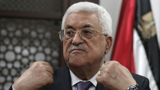 رئيس السلطة الفلسطينية محمود عباس يتحدث مع صحافيين من مكتبه في مدينة رام الله بالضفة الغربية، 6 أكتوبر، 2015. (AFP/AHMAD GHARABLI)