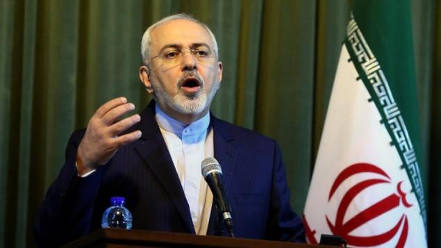 وزير الخارجية الإيراني محمد جواد ظريف خلال مؤتمر صحفي مشترك مع نظيره الألماني فرانك فالتر-شتاينماير في طهران، 17 اكتوبر 2015 (ATTA KENARE / AFP)