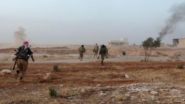 مقاتلين من فصائل المعارضة السورية اثناء مواجهات مع قوات النظام السوري بضواحي مدينة حلب السورية، 17 اكتوبر 2015 (THAER MOHAMMED / AFP)