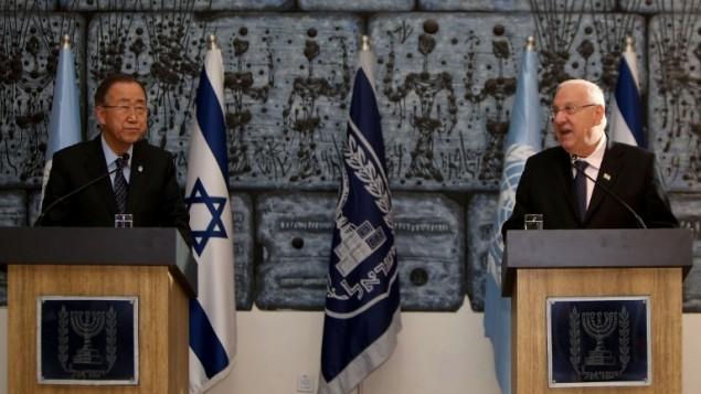 الرئيس الإسرائيلي رؤوفن ريفلين والامين العام للامم المتحدة بان كي مون خلال مؤتمر صحفي مشترك في منزل الرئيس في القدس، 20 اكتوبر 2015 (GALI TIBBON / AFP)
