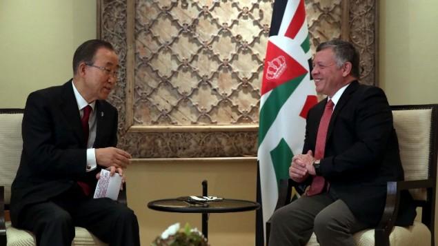 الملك الأردني عبد الله الثاني، من اليمين، خلال لقاء بالأمين العام للأمم المتحدة، بان كي مون، في القصر الملكي في العاصمة الأردنية عمان، 22 أكتوبر، 2015. (AFP/POOL/KHALIL MAZRAAWI)